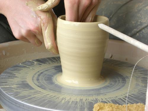 Formen eines Weinbechers auf der Töpferscheibe
