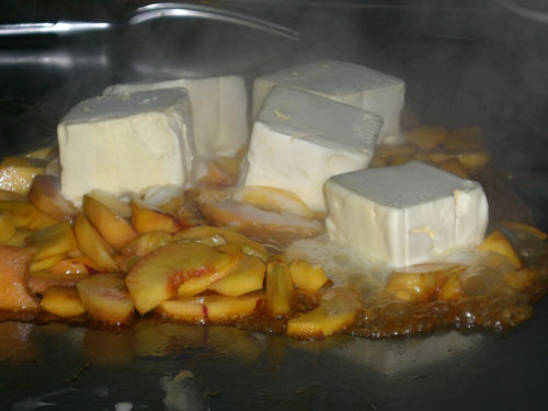 Flambiertes Eis mit Pfirsichen