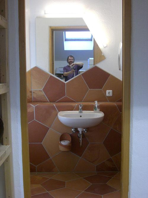 Blick auf Waschbecken und Spiegel